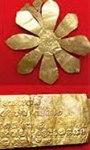 Oc Eo, Fleur en or, Inscription en sanskrit