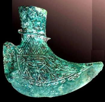 """Objet datant d'environ [-500 à -100 av. J-C.]. La hache pédiforme ressemble à un """"chausson chinois"""" de nos jours. Cet objet est souvent retrouvé dans les sépultures des personnes de haut rang social"""