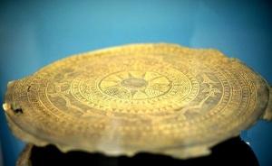 Le tambour de bronze est l'objet emblématique de Dongson mais aussi du Vietnam. Ils apparurent dès le 1er millénaire. Les motifs représentent des danseurs armés de hache, coiffés de plume, des motifs d'oiseaux, de dragons, de félins ainsi que des habitats sur pilotis. Au centre du tambour, on trouve souvent une étoile à huit branches qui exprimerait le rayonnement du soleil ou la résonance des sons ? On ignore pourquoi on retrouve les mêmes motifs. Par ailleurs, le tambour serait aussi un signe distinctif de prestige ?