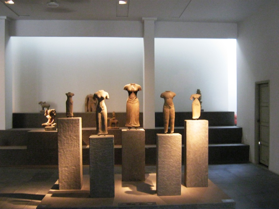 sculpture-cham-habits-vestimentaires-musee-histoire-hochiminh-ville-saigon-cityguide